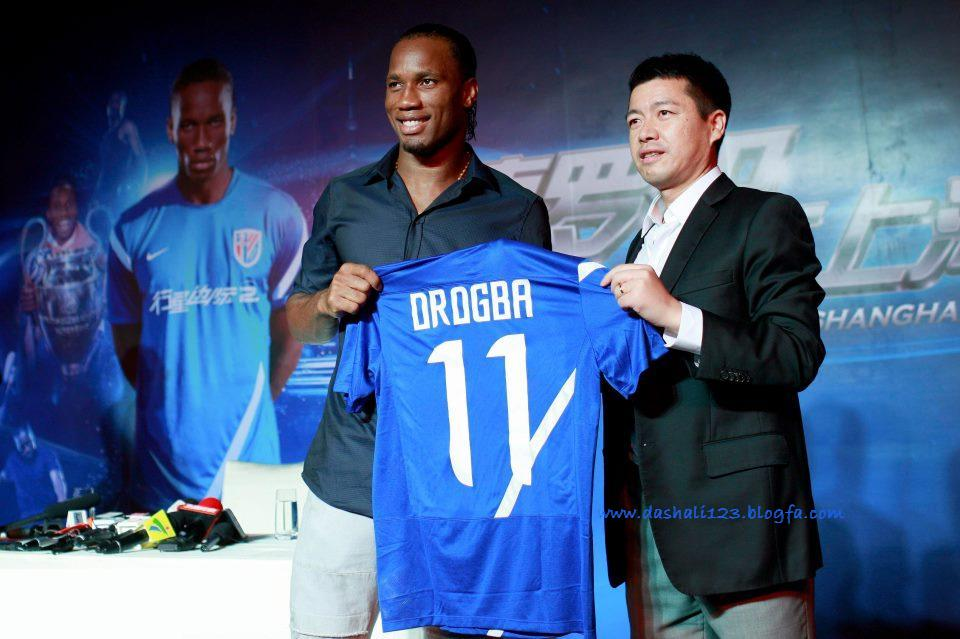 http://dashali123.persiangig.com/drogba/Didier_Drogba_With_Shanghai_Shenhua_Club_Director_Zhou_Jun_China_Hd_Desktop_Wallpaper_citiesandteams.blogspot.com.jpg
